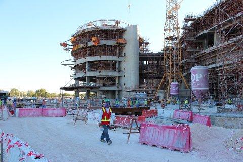 Qatar har i mange år fått kritikk for blant annet arbeidsforholdene fremmedarbeidere opplever. Det er også stilt kritiske spørsmål rundt måten landet ble tildelt fotball-VM på i 2010. Her under byggingen i 2016. Arkivfoto: Magnus Aabech / NTB