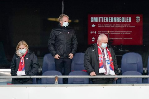 NFF-president Terje Svendsen (t.h.) sammen med generalsekretær Pål Bjerketvedt. NFF har sendt et brev til Uefa etter at de ikke tillot Tysklands kamparena ha regnbuefarger. Foto: Stian Lysberg Solum / NTB