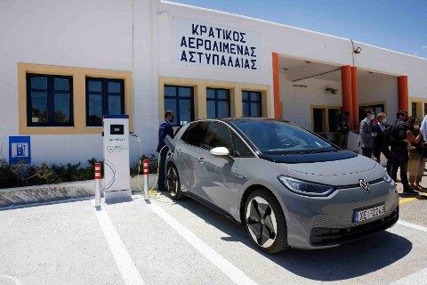 En Volkswagen ID. 4 under lading på flyplassen på øya Astypalaia i Egeerhavet. Selskapet skal i løpet av 12 til 14 år fase ut salget av biler med vanlig forbrenningsmotor i Europa. Foto: Alexandros Vlachos / AP / NTB
