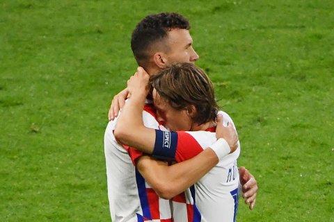 SMITTET: Ivan Perisic klemmer Luka Modric etter at åttedelsfinalen ble sikret med seier mot Skottland. Nå har Perisic testet positivt på koronaviruset og spiller ikke mot Spania.