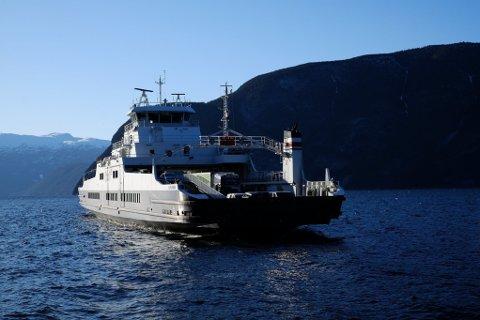 PRISFALL: Fergesambandet Fodnes-Mannheller, Sognefjorden. MF Lifjord (Fjord1) på vei inn mot Fodnes fergekai 27. mars 2018. Prisene på fergeturer reduseres fra 1. juli.