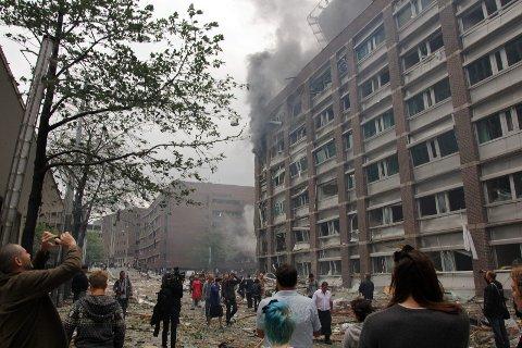 Bildet er tatt 22.juli 2011 og viser området utenfor regjeringskvartalet etter at bomben var gått av. Nå ønsker flere et oppgjør med tankegodset som ledet til disse handlingene den mørke juli-dagen i 2011.