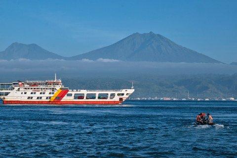 Redningsmannskap i en gummibåt søker etter ofre etter at en ferje sank utenfor Balis vestkyst. Foto: Fauzy Chaniago / AP / NTB