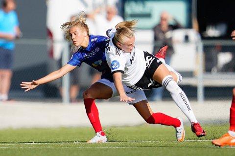 TETT OG TØFT: Vålerengas Celin Bizet Ildhusøy og Rosenborgs Elin Sørum kjemper en intens kamp om tabelltoppen i Toppserien. Dette bildet er fra 2020.