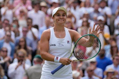 Ashleigh Barty smiler etter å ha slått Angelique Kerber i torsdagens semifinale i Wimbledon. Foto: Kirsty Wigglesworth / AP / NTB