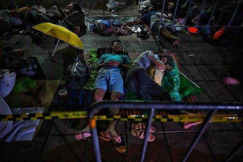 KORONAKRISE: Thailand mangler ikke bare vaksiner, helsepersonell og sykehussenger. I dette tempelet i Bangkok har folk sovet i kø natten gjennom i håp om å få en gratis koronatest. Bildet er tatt fredag morgen 9. juli.