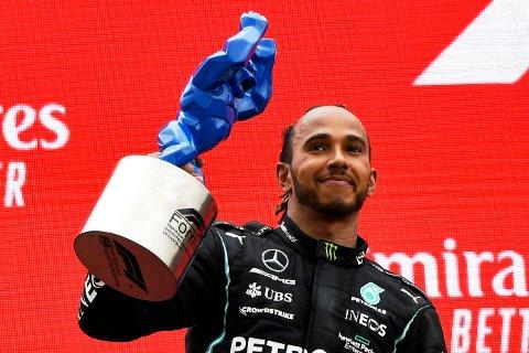 Lewis Hamilton kan glede seg over at løpet på hjemmebane blir fullt med tilskuere. Foto: Nicolas Tucat / Pool via AP / NTB