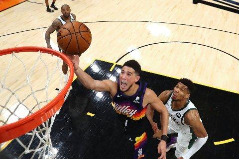KASTET BORT: Phoenix Suns og stjerneguard Devin Booker (midten) ledet den femte finalekampen, men kom igjen til kort mot Milwaukee Bucks og Giannis Antetokounmpo (til høyre),