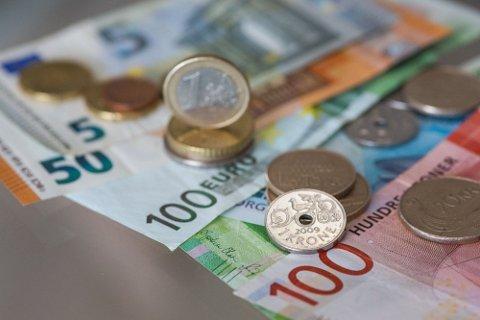 KRAFTIG FALL: Den norske kronen svekker seg kraftig, nå blir utenlandsturene mye dyrere.
