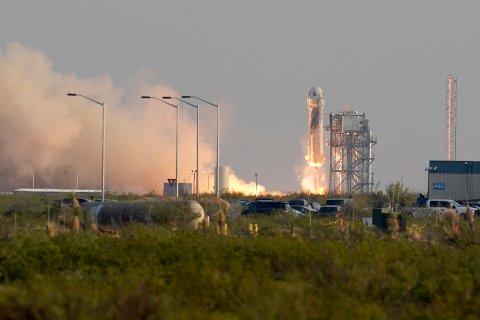 New Shepard tar av med fire personer om bord. Ti minutter senere var den vellykkede ferden over. Foto: AP / NTB