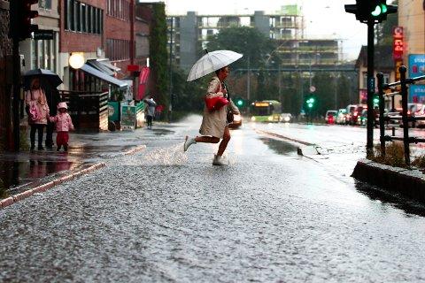 FARE FOR STYRTREGN: Fra mandag ettermiddag til sent tirsdag kveld ventes kraftige regnbyger østafjells, først i sør. Det er store lokale variasjoner i intensitet og mengde, og været kan endre seg raskt, heter det i farevarselet.