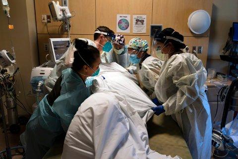 Helsearbeidere i offentlig og privat sektor i California må vise fram bevis på koronavaksine eller gjennomgå ukentlig testing. Arkivfoto: Jae C. Hong / AP / NTB