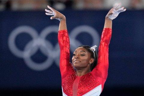 Simone Biles fikk ikke fullføre lagfinalen for USA i turn i Tokyo-OL tirsdag. Foto Gregory Bull / AP / NTB