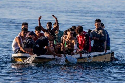 Flyktninger og migranter forsøker å ta seg over Middelhavet i skrøpelige farkoster, i håp om en bedre framtid i Europa. Nå viser orienteringer fra FN at dødsfall langs disse rutene er mer en doblet hittil i år, sammenlignet med samme periode året før.