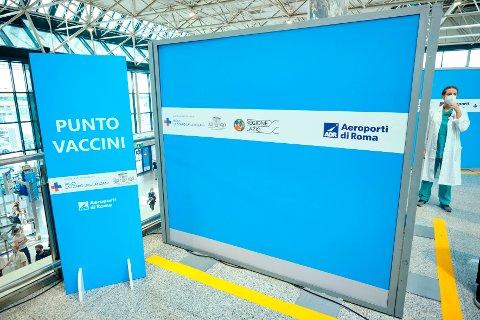 En lege ved et vaksinasjonssenter på Romas Leonardo da Vinci-flyplass. Foto: Mauro Scrobogna / LaPresse via AP / NTB