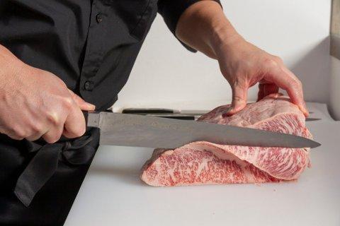 En god kniv på kjøkkenet har alt å si når du lager mat, og har stor betydning for skjæring av kjøtt, hakking av grønnsaker eller kutting.