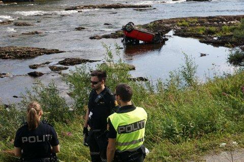 I ELVA: En bil havnet langt ute i Namsen etter en utforkjøring sør for Namsskogan i Trøndelag fredag.