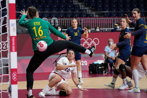 Frankrikes Laura Flippes scorer mot Sverige i OL-semifinalen i håndball. Foto: Sergei Grits, AP / NTB