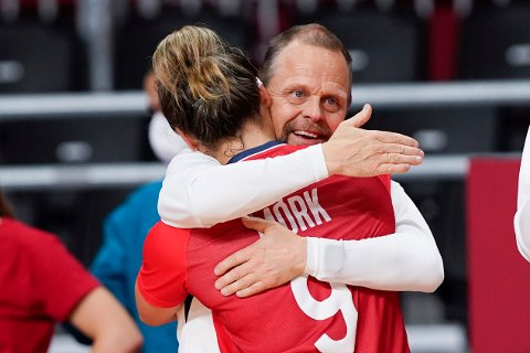 Thorir Hergeirsson omfavner Nora Mørk etter utklassingsseieren i bronsekampen mot Sverige. Følelsene tok overhånd da han snakket om hvordan laget slo tilbake etter semifinaletapet mot ROC. Foto: Lise Åserud / NTB
