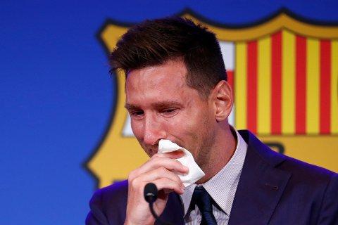Lionel Messi tok til tårene da han søndag tok farvel med Barcelona etter over 20 år i klubben.