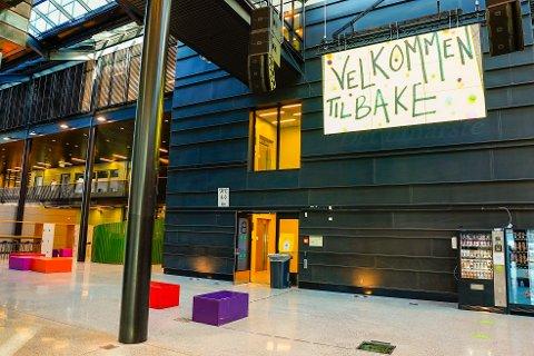 Elevene ved Kuben videregående skole i Oslo ble ønsket velkommen da skolen åpnet igjen i april. Nå starter skolene opp igjen etter sommerferien med grundig koronatesting av elever og lærere. Foto: Lise Åserud / NTB