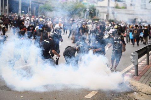 Politiet skjøt både tåregass og gummikuler mot demonstranter som krever at statsminister Prayuth Chan-ocha går av som følge av hans håndtering av koronapandemien. Foto: Thanachote Thanawikran / AP / NTB