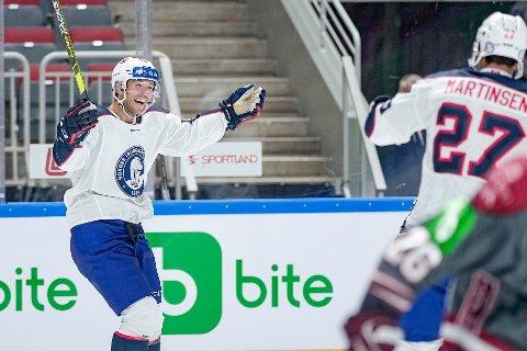 Eirik Salsten jubler etter scoring i treningskampen i ishockey mellom Latvia og Norge i Arena Riga. Bildet er kun til redaksjonell bruk. Foto: Fredrik Hagen / Norges Ishockeyforbund / NTB.