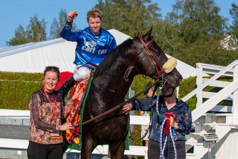 Den danske hesten Stroxx Carlras med trener Rikke Rohbach og jockey Nocolaj Stott etter seier i den 89. utgaven av Norsk Derby på Øvrevoll søndag. Foto: Eirik Stenhaug / Equus Media / NTB.