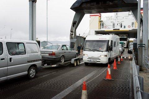 GEBYRER: Det lønner seg å registere kjøretøyet online for å slippe gebyrer. Bildet viser biler og ferje ved Flakk-Rørvik i Trondheim . Bilferger . Foto: Gorm Kallestad / NTB .