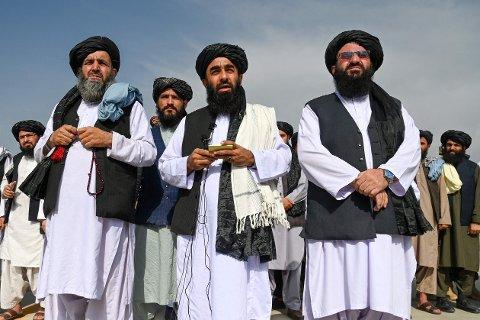 TOK KONTROLL: – Gratulerer Afghanistan, denne seieren tilhører oss alle, sa talsmann Zabihullah Mujahid for Taliban etter at flyplassen var forlatt av de amerikanske styrkene.