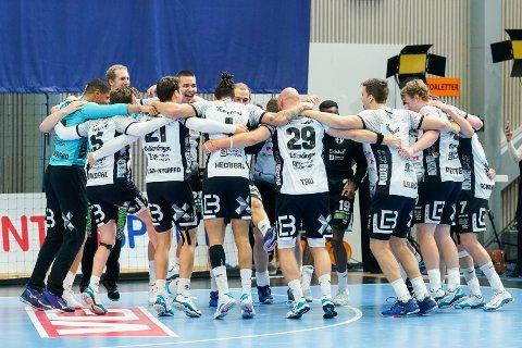 Elverum-spillerne kunne juble for seier i seriestarten mot Drammen. Her er de fra forrige sesong. Foto: Fredrik Hagen / NTB