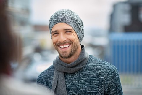 Et fint smil, skjerf og lue er tre ting du må bære i høst.