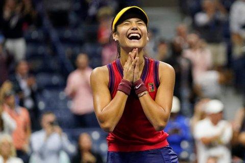 Emma Raducanu, er bare 18 år gammel og skal spille finale i US Open mot ett år eldre Leylah Fernandez. (Foto: AP / NTB)