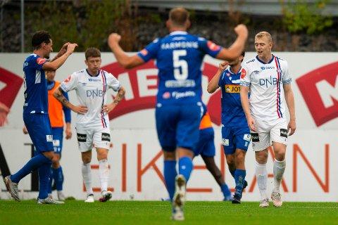 IKKE I NÆRHETEN: Vålerengas Henrik Bjørdal (til høyre) depper etter at Sandefjord har scoret.