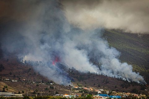 Lava og røyk spys ut fra vulkanen på øya La Palma søndag. Minst 300 personer måtte forlate sine hjem da utbruddet oppsto. Foto: Jonathan Rodriguez / AP / NTB