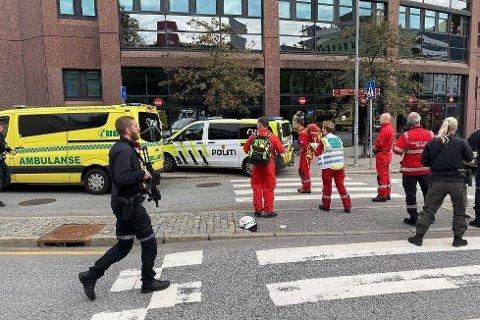 UZBROJONA POLICJA: Uzbrojona policja i personel pogotowia ratunkowego na miejscu zdarzenia, wkrótce po tym, jak w poniedziałek służby powiadomione zostały o ataku nożownika w siedzibie Nav na Danmarks Plass w Bergen. Zdjęcie: (Bergensavisen)