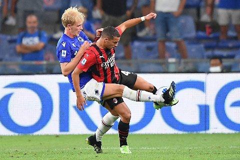 Morten Thorsby (t.v.) er aktuell for torsdagens Serie A-kamp mot Napoli. Her er han fotografert i duell med Milans Ismaël Bennacer. Foto: Tano Pecoraro / LaPresse via AP / NTB