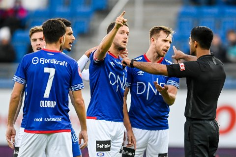 Jonatan Tollås Nation og Ivan Näsberg var misfornøyd med dommer Mohammad Usman Aslam under kampen mot Molde i helgen. I 2023 blir det kanskje VAR på øverste nivå i Norge for herrer. Foto: Annika Byrde / NTB.