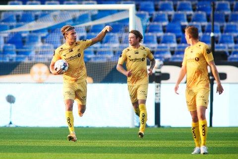 Erik Botheim og Patrick Berg jubler etter scoring mot Sarpsborg 08 på Sarpsborg stadion.