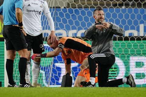 UT MED SKADE: Rosenborg-keeper Andre Hansen kunne ikke fortsette.