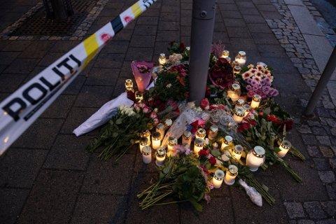 MORDERSTWO: Kwiaty przy biurze Nav na Danmarksplass w Bergen, gdzie w zeszłym tygodniu po ataku nożownika zginęła 57-letnia pracownica. Inna pracownica Nav została ranna. Foto: (NTB scanpix)