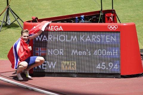 Karsten Warholm jubler for gull og verdensrekord på 400 meter hekk i Tokyo-OL. Foto: Lise Åserud / NTB