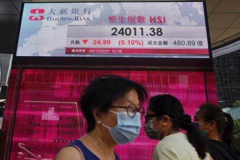 Børsene i Asia fulgte Wall Street og åpnet bra onsdag, men utviklingen snudde fort og endte med solide fall. Foto: Vincent Yu / AP / NTB