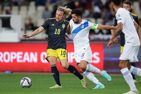 Emil Forsberg fra Sverige kjemper om ballen med Tasos Bakasetas fra Hellas under VM-kvalikkampen i september.