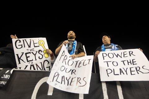 Fansen støtter spillerne i NWSL som markerte overgrepene innen idretten med en stille protest. Foto: Charles Fox/The Philadelphia Inquirer via AP / NTB