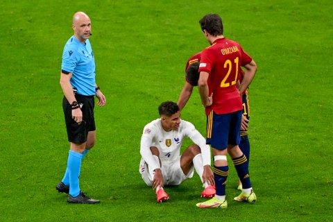 Raphaël Varane sitter nede med skade i nasjonsligafinalen mot Spania. Nå er det klart at Manchester United må greie seg uten stopperen noen uker. Foto: Miguel Medina, Pool via AP / NTB
