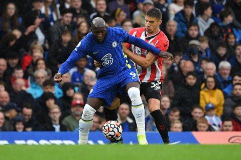 Stjerne med måltørke: Romelu Lukaku kjemper om ballen med Jan Bednarek i Premier League-kampen mellom Chelsea og Southampton 2. oktober