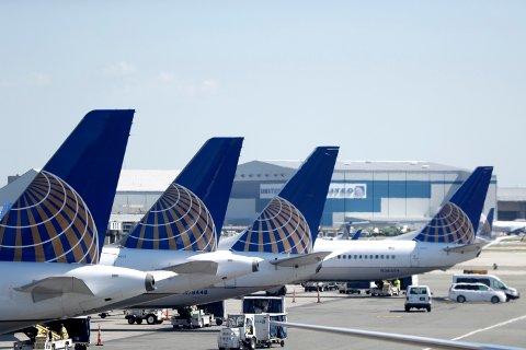 KOMMER TIL NORGE: Fly fra United Airlines på rekke og rad ved Newark Liberty International Airport utenfor New York. Foto: Julio Cortez / AP / NTB scanpix