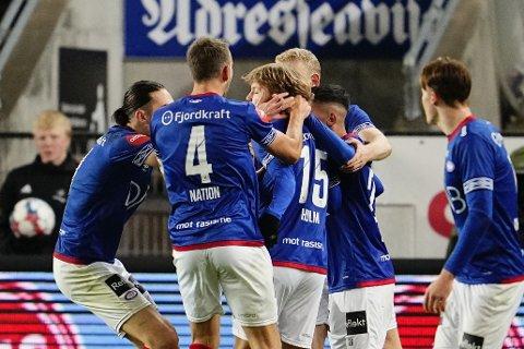 DRØMMETREFF: Vålerengas Odin Thiago Holm (midten) dundret inn en fantastisk scoring i storkampen mot Rosenborg på Lerkendal.
