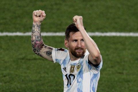 Lionel Messi feirer scoringen sin i VM kvalifiserings-kampen mot Uruguay 8. oktober
